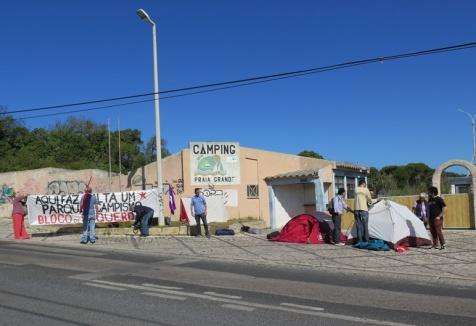 Bloco monta acampamento em frente ao Parque de Campismo da Praia Grande