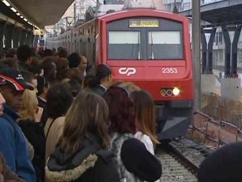 Linha de Sintra: comboios sobrelotados e serviço público posto em causa