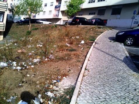 degradação do espaço público em Massamá Monte Abrão não parece ter solução